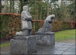 Кете Кольвіц. Сколінені батьки. 1926 - 1932. Німецький солдатський цвинтар. Владсло. Бельгія