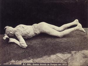 Відлитий в гіпсі труп з Помпеїв. Світлина 1875 року