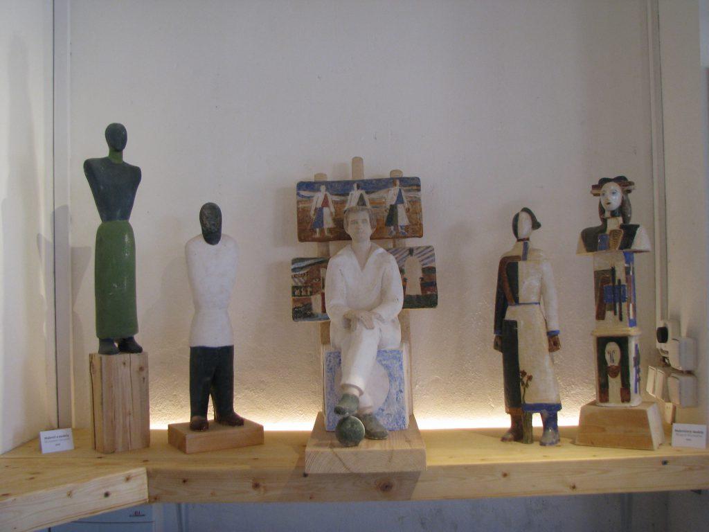 Малевич і моделі. 2002. Шамот, ангоби. 63х39х35 см (2)