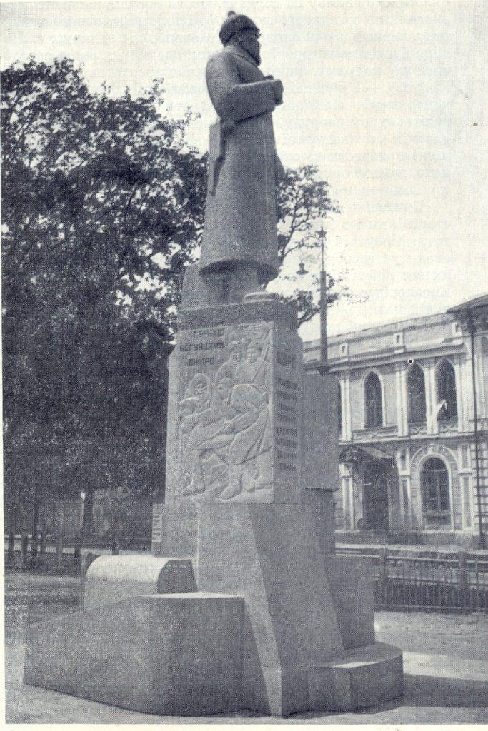 П.М. Ульянов зі студентами КХІ. Пам'ятник М.О. Щорсу в Житомирі. 1931–1932. Граніт. Не зберігся.