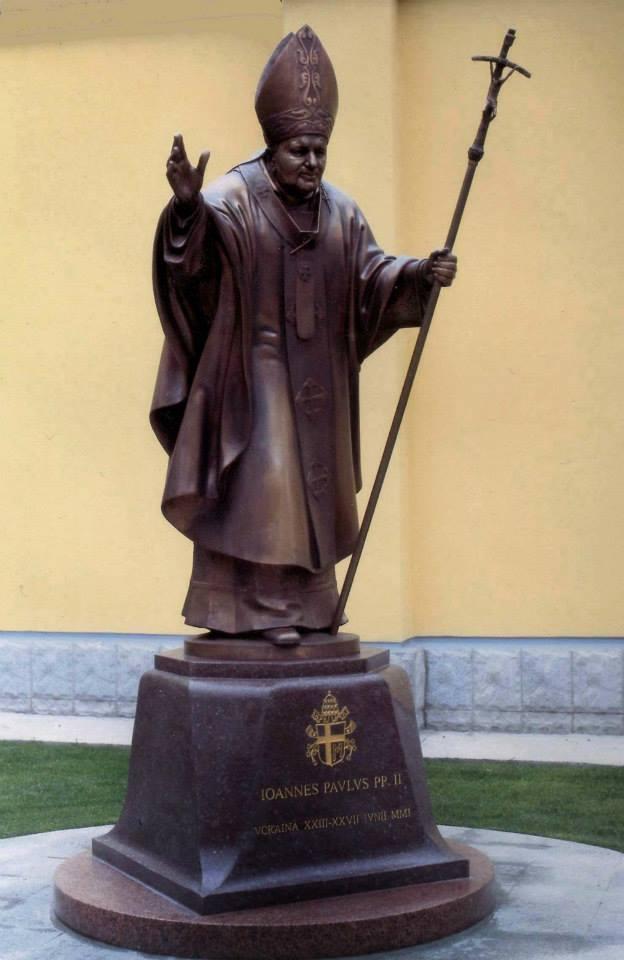 Пам'ятник Папі Римському Іоану-Павлу ІІ на території посольства Ватикану. 2002. Київ