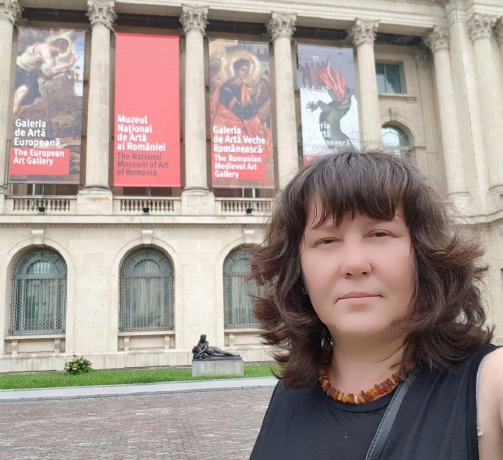 Наталія Сухоліт біля Національного художнього музею Румунії. Бухарест. 2018 рік